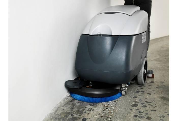 اسکرابر SC400 مجهز به برس دارای چرخ جانبی برای تمیز کردن موثر کناره دیوار