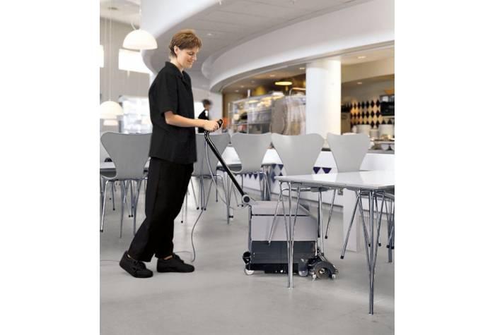 اسکرابر برخوردار از سری برس خاص برای شستشوی کارآمد زیر میز و مبلمان