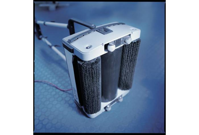 دستگاه اسکرابر CA 240 دارای دو برس غلطکی قدرتمند