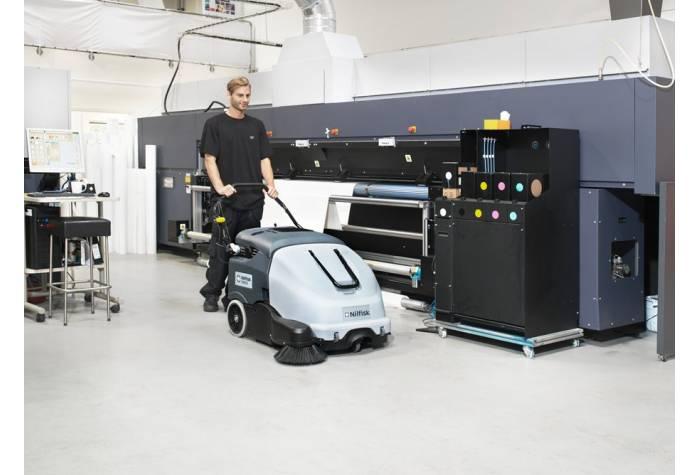 سوییپر SW 900 84 B قادر به جمع آوری انواع زباله های جامد و خشک