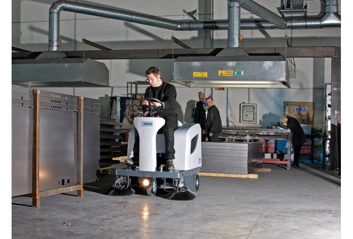 کاربرد سوییپر SR1101P برای انجام عملیات نظافت صنعتی در انبارهای بزرگ