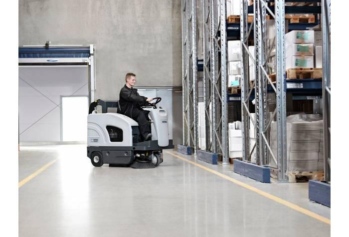 استفاده از سوییپر خودرویی SW4000 P در انبارهای صنعتی و بزرگ برای عملیات نظافت حرفه ای
