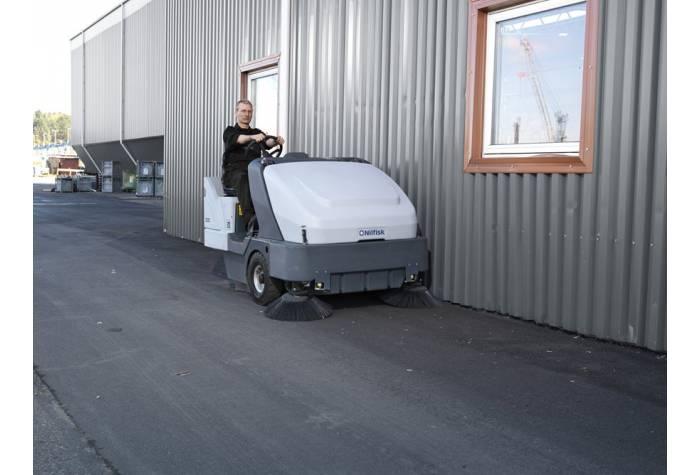 استفاده از سوییپر SR 1601 B MAXI در فضای خارجی کارخانه و فضاهای صنعتی