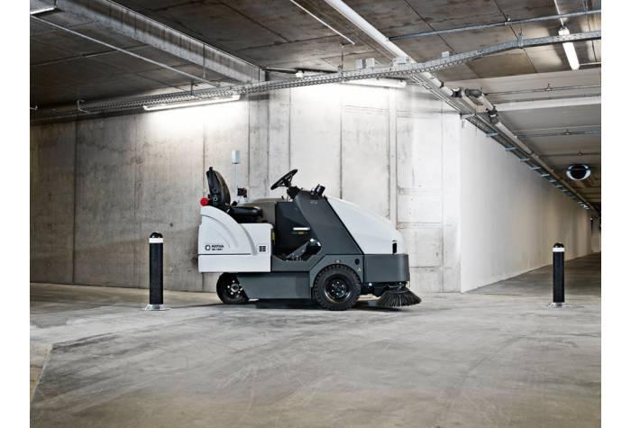 نظافت پارکینگ های بزرگ عمومی و طبقاتی با استفاده از سوییپر SR 1601D MAXI بعلت قابلیت حرکت بر روی رمپ